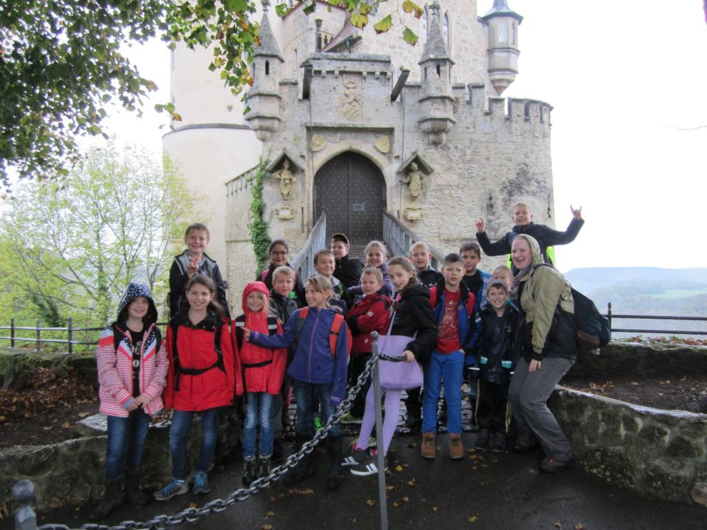 Wandertag der Klassen 4a und 4c mit Besichtigung des Schlosses Lichtenstein und der Nebelhöhle