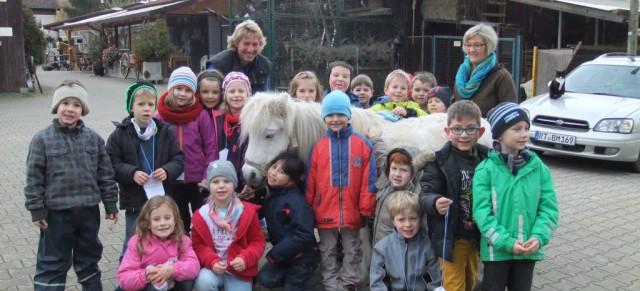 Tiere hautnah – Besuch der Klasse 1b auf dem Schwille-Hof