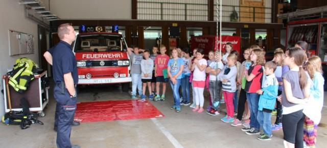 Die Viertklässler zu Besuch bei der Feuerwehr