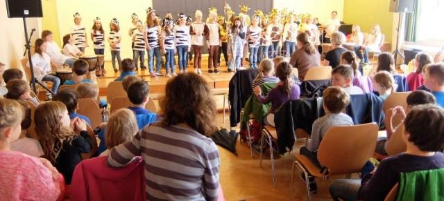 Kinder stehen füreinander auf der Bühne