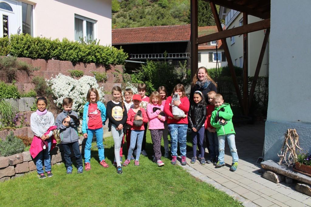 Die Klasse 2b zu Besuch beim Kaninchenzüchter