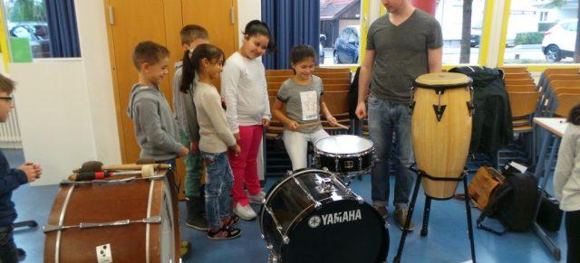 Musikverein Unterhausen zu Besuch in der Schule